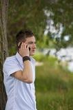 Hombre joven con smartphone Foto de archivo libre de regalías
