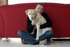 Hombre joven con su perro (perro perdiguero de oro) Foto de archivo libre de regalías