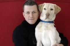 Hombre joven con su perro (perro perdiguero de oro) Fotografía de archivo