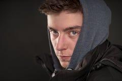 Hombre joven con sudadera con capucha Foto de archivo libre de regalías