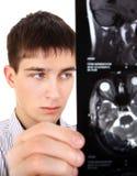Hombre joven con tomografía Imagen de archivo