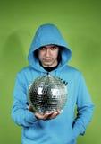 Hombre joven con un discoball Imagen de archivo libre de regalías