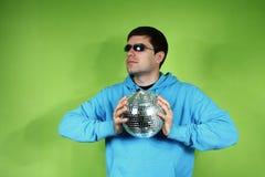 Hombre joven con un discoball Imagenes de archivo