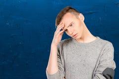 Hombre joven con un dolor de cabeza Fotos de archivo libres de regalías