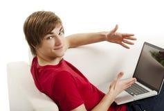Hombre joven con un ordenador portátil Fotos de archivo