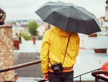 Hombre joven con un paraguas, vista posterior Fotografía de archivo