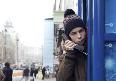 Hombre joven con un receptor de teléfono a disposición Fotos de archivo libres de regalías
