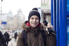 Hombre joven con un receptor de teléfono a disposición Imagen de archivo