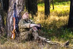 Hombre joven con un rifle de aire Imagen de archivo libre de regalías