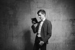 Hombre joven con un smartphone Foto de archivo