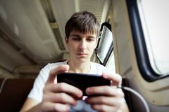 Hombre joven con un teléfono Fotografía de archivo libre de regalías
