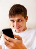 Hombre joven con un teléfono Fotos de archivo libres de regalías