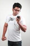 Hombre joven con un teléfono móvil Fotografía de archivo
