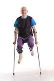 Hombre joven con un tobillo quebrado y un molde de la pierna Fotos de archivo