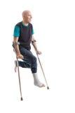 Hombre joven con un tobillo quebrado y un molde de la pierna Fotos de archivo libres de regalías