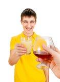 Hombre joven con un zumo de fruta Imagenes de archivo