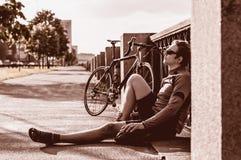 Hombre joven con una bicicleta cerca del río Imagen de archivo libre de regalías