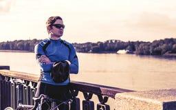 Hombre joven con una bicicleta cerca del río Fotografía de archivo libre de regalías