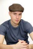 Hombre joven con una boina imagen de archivo libre de regalías