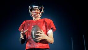Hombre joven con una bola del fútbol, visión inferior almacen de video