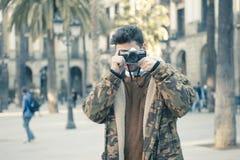 Hombre joven con una cámara Imágenes de archivo libres de regalías