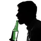 Hombre joven con una cerveza Fotos de archivo
