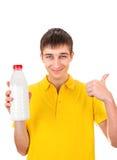 Hombre joven con una leche Imagen de archivo libre de regalías