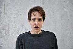 Hombre joven con una mirada del mal Imagen de archivo