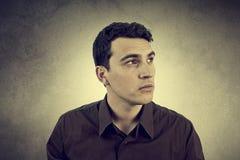 Hombre joven con una mirada tranquila fotografía de archivo libre de regalías