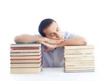 Hombre joven con una pila de libros sleaping Imagen de archivo libre de regalías
