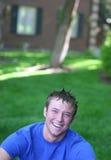 Hombre joven con una sonrisa de risa fotografía de archivo libre de regalías