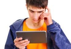 Hombre joven con una tableta Fotos de archivo libres de regalías