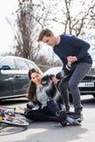 Hombre joven confiable que ayuda a una mujer herida mientras que espera la ambulancia imagen de archivo