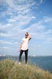 Hombre joven confiado en gafas de sol en un fondo natural Un individuo que se coloca cerca del río Concepto que viaja Copie el es Imagen de archivo