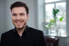 Hombre joven confiado que asiste a entrevista de trabajo imagenes de archivo