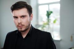 Hombre joven confiado que asiste a entrevista de trabajo foto de archivo libre de regalías