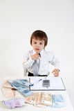 Hombre joven, contando el dinero y tomando notas Foto de archivo libre de regalías