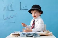 Hombre joven, contando el dinero y tomando notas Imagen de archivo