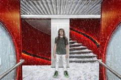 Hombre joven contra fondo surrealista imagen de archivo
