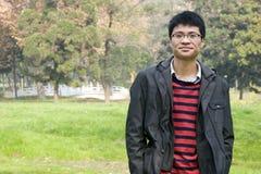 Hombre joven de Asain en parque Foto de archivo libre de regalías