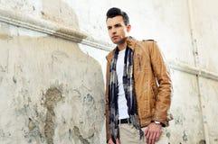 Hombre joven de Atracttive en fondo urbano imagen de archivo