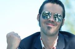 Hombre joven de emisión con las gafas de sol imagenes de archivo