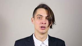 Hombre joven de estornudo metrajes