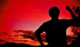 Hombre joven de la silueta que siente para esperar Foto de archivo