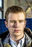 Hombre joven de mirada apuesto imagenes de archivo