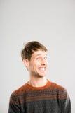 Alto fondo del gris de la definición del hombre de la gente real divertida del retrato Imagen de archivo