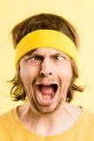 Alto fondo del amarillo de la definición del hombre de la gente real divertida del retrato fotografía de archivo
