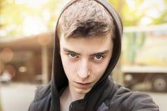 Hombre joven de mirada fresco con sudadera con capucha Foto de archivo