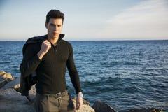 Hombre joven de moda hermoso en la playa Imágenes de archivo libres de regalías