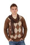 Hombre joven de moda que presenta en bufanda Fotos de archivo libres de regalías